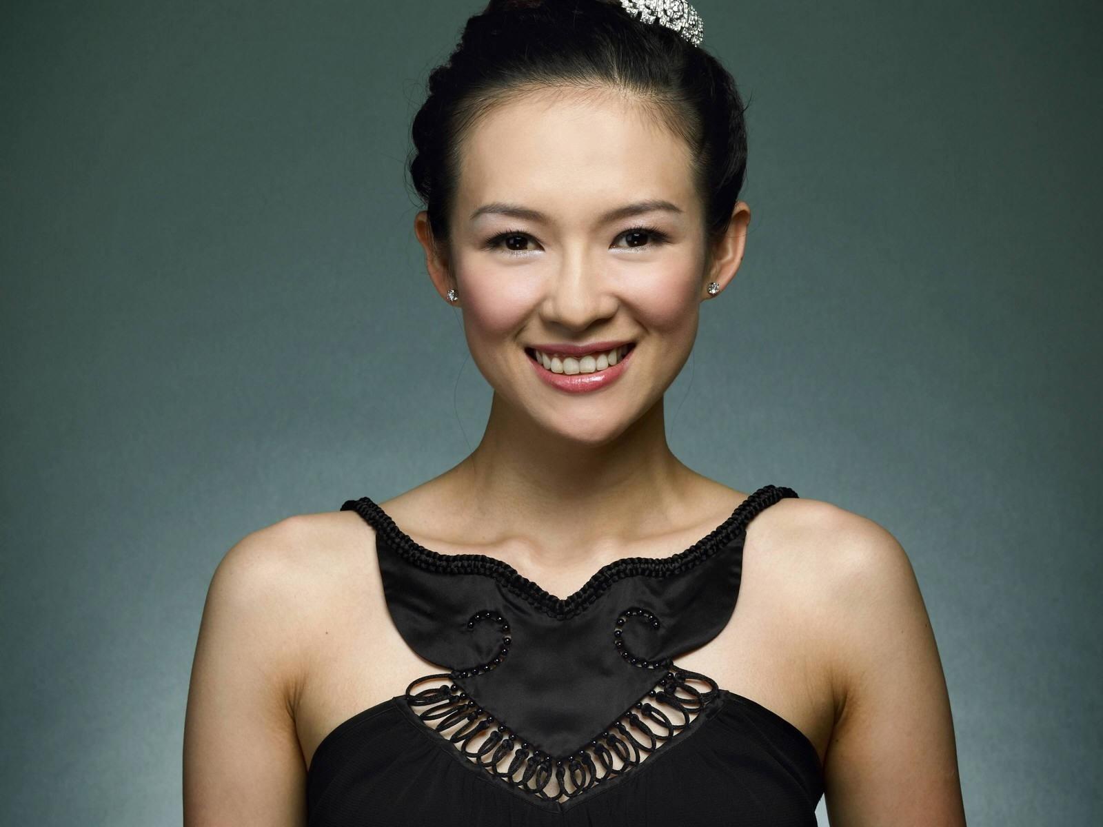 Wallpaper di una sorridente e sensuale Zhang Ziyi