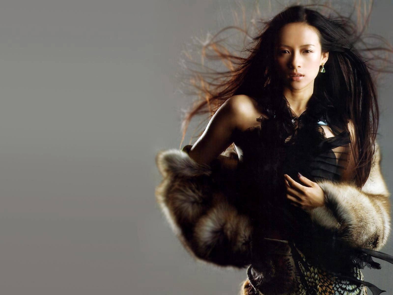 Wallpaper di Zhang Ziyi con i capelli al vento