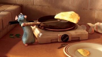 Il piccolo topolino Remy prepara due omelette in una scena del film Ratatouille