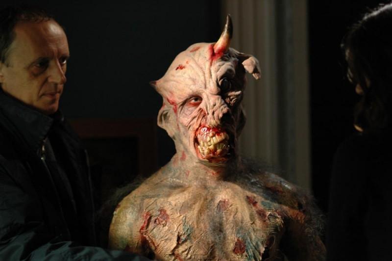 Dario Argento sul set del film La terza Madre con una creatura demoniaca