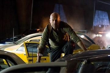 Bruce Willis in una scena d'azione del film Live Free or Die Hard