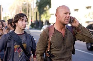 Justin Long con Bruce Willis  in una scena del film Live Free or Die Hard