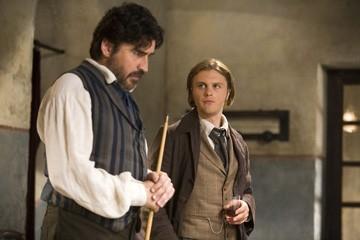 Michael Pitt e Alfred Molina in una scena del film Seta
