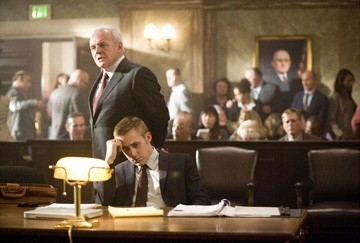 Ryan Gosling e Anthony Hopkins  in una scena del film Fracture
