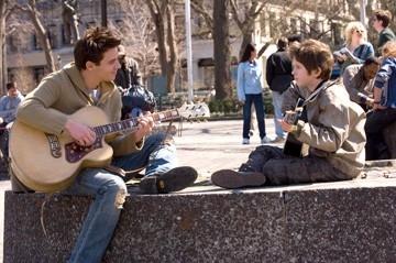 Freddie Highmore e Jonathan Rhys-Meyers in una scena di La musica nel cuore