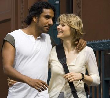 Jodie Foster e Naveen Andrews  in una scena de Il buio nell'anima