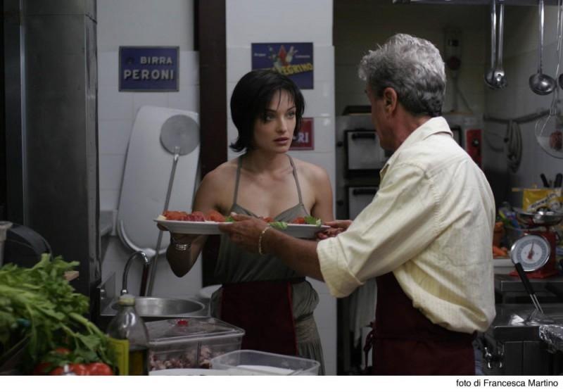 Carolina Crescentini e Ninetto Davoli (di spalle)  in una scena del film Cemento armato
