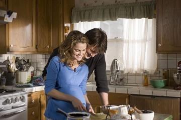 Keri Russell e Nathan Fillion in una scena del film Waitress