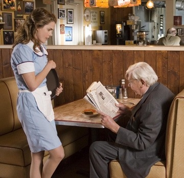 Keri Russell ed Andy Griffith in una scena del film Waitress