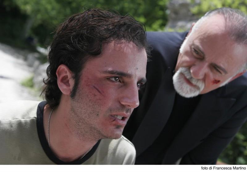 Nicolas Vaporidis e Giorgio Faletti in una scena del film Cemento armato