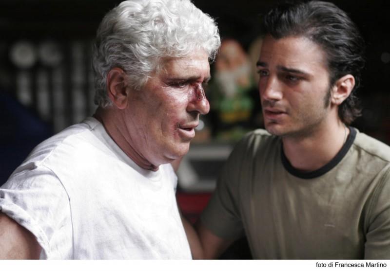 Nicolas Vaporidis e Ninetto Davoli in una scena del film Cemento armato