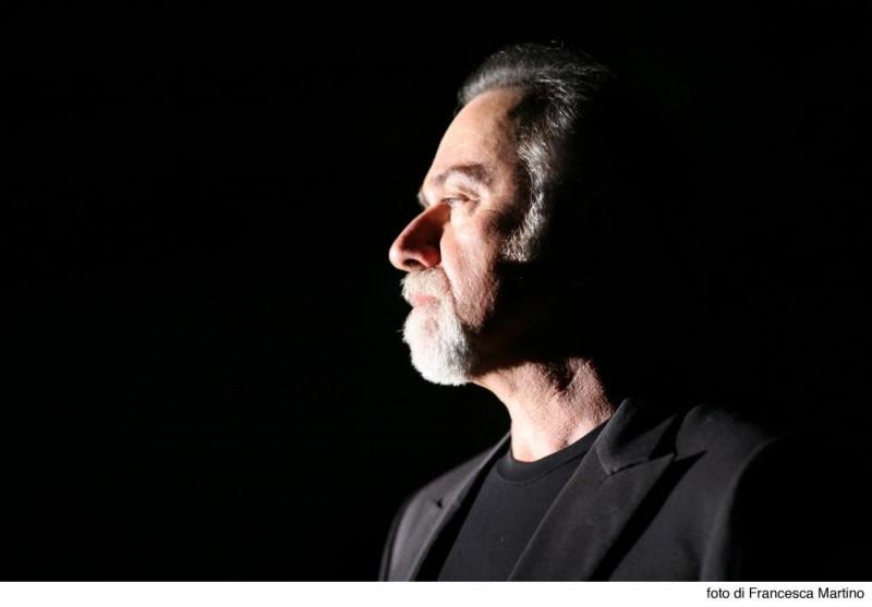 Una bella immagine di Giorgio Faletti in una scena del film Cemento armato
