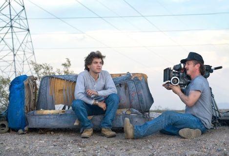 Sean Penn con Emile Hirsch sul set di di Into the Wild