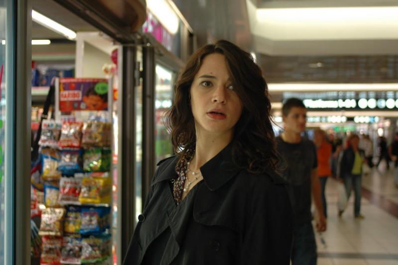 Asia Argento fugge dalle streghe in una scena del film La terza Madre