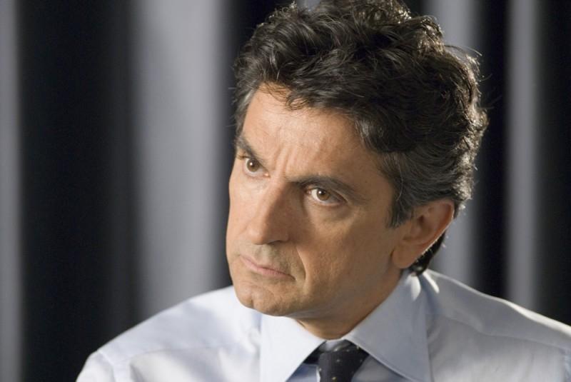 Vincenzo Salemme in una scena della commedia SMS - sotto mentite spoglie