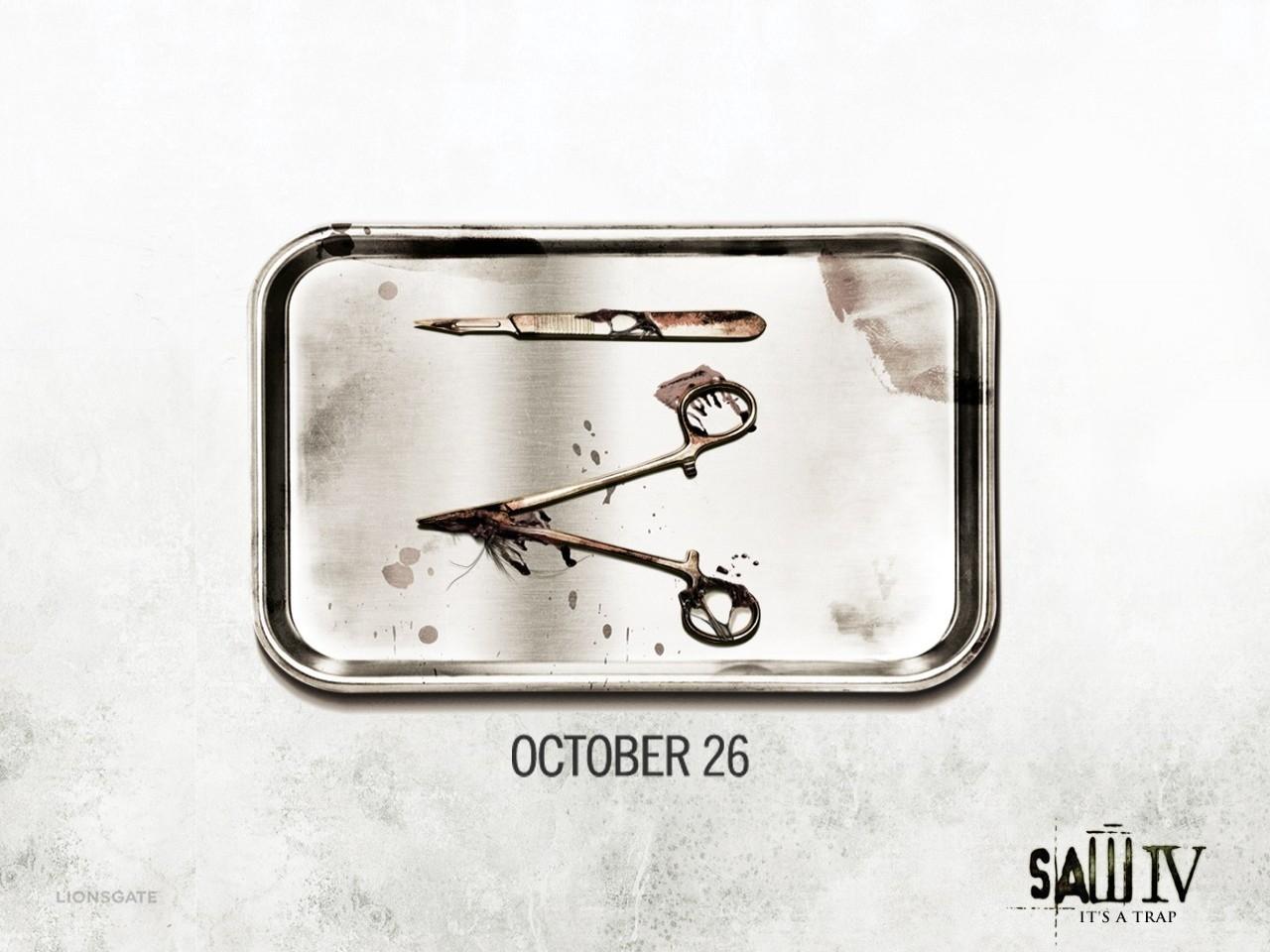 Wallpaper del film Saw 4 con strumenti chirurgici che formano il numero romano IV
