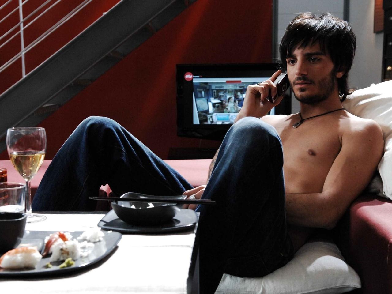 Wallpaper di Nicolas Vaporidis a torso nudo in Come tu mi vuoi