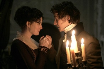Anne Hathaway e James McAvoy in una scena del film Becoming Jane - il ritratto di una donna contro