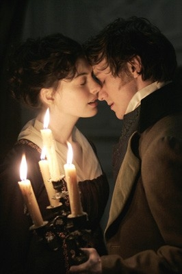 Un bacio tra Anne Hathaway e James McAvoy, protagonisti del film Becoming Jane - il ritratto di una donna contro