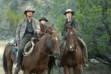 Benjamin Petry, Logan Lerman e Christian Bale in una scena di Quel treno per Yuma
