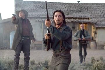 Christian Bale con Kevin Durand e Peter Fonda in una sequenza di Quel treno per Yuma