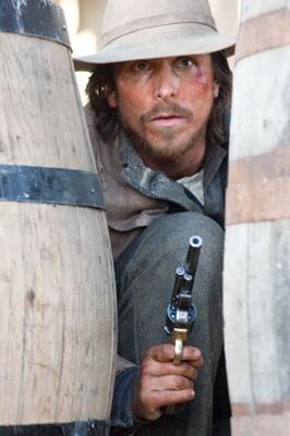 Christian Bale in una scena drammatica del film Quel treno per Yuma