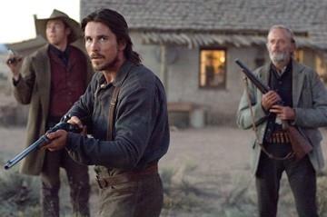 Christian Bale, Kevin Durand e Peter Fonda in una scena di Quel treno per Yuma