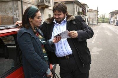 Giuseppe Battiston e Valentina Lodovini in una scena di La giusta distanza