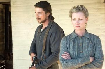 Gretchen Mol e Christian Bale in una scena di Quel treno per Yuma