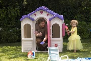 La piccola Maude Apatow e Seth Rogen in una scena del film Molto incinta