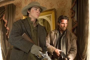 Logan Lerman e Christian Bale in una sequenza di Quel treno per Yuma