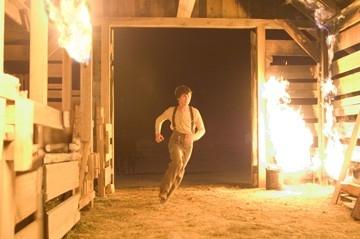 Logan Lerman in una scena di Quel treno per Yuma