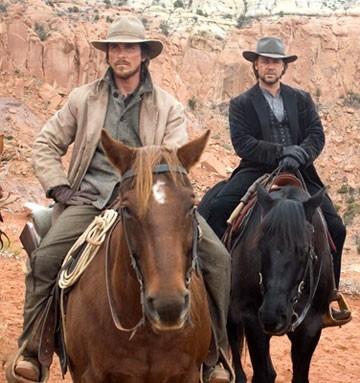 Russell Crowe e Christian Bale in una scena di Quel treno per Yuma