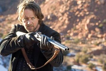 Russell Crowe in una scena del western Quel treno per Yuma