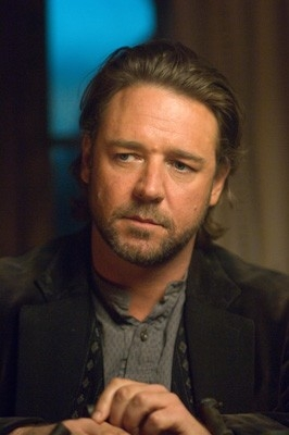 Un primo piano di Russell Crowe in una scena di Quel treno per Yuma