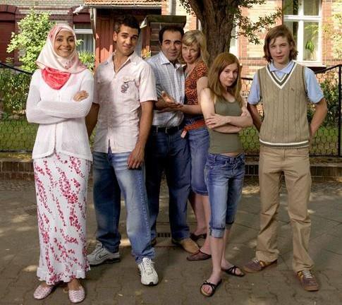Elyas M'Barek insieme agli altri protagonisti della serie tv 'Kebab for Breakfast'