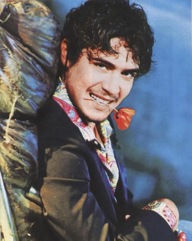 Riccardo Scamarcio in versione latin lover