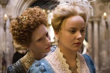 Cate Blanchett e Abbie Cornish una scena del film Elizabeth: The Golden Age