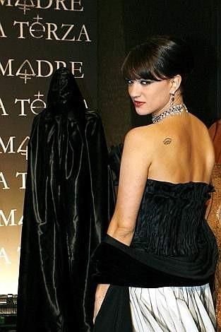 Festa del Cinema di Roma 2007: Asia Argento (e una figura inquietante sullo sfondo) alla premiere de La terza madre