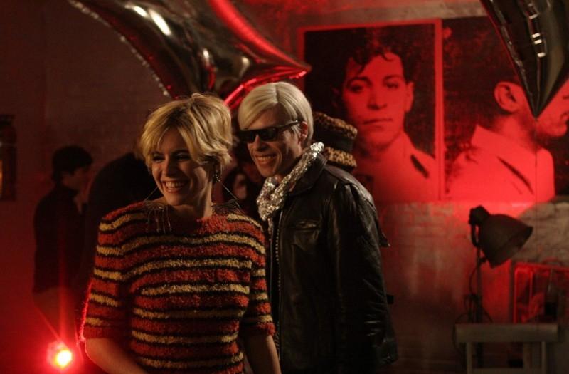 Sienna Miller con Guy Pearce nel film Factory Girl