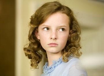 La giovanissima Dakota Blue Richards  in una scena de La bussola d'oro