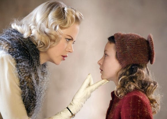 Nicole Kidman con Dakota Blue Richards  in una scena de La bussola d'oro
