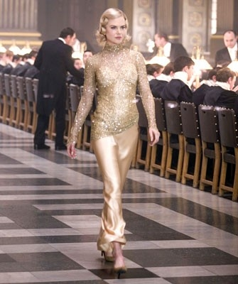 Una Nicole Kidman vestita d'oro in una scena de La bussola d'oro