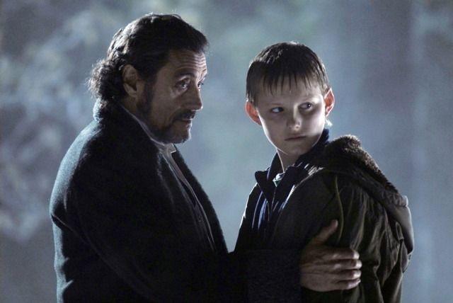 Alexander Ludwig e Ian McShane in una scena de Il risveglio delle tenebre