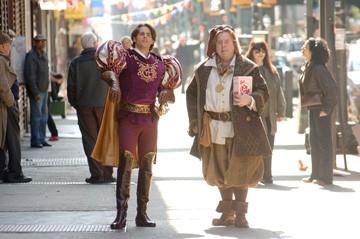 James Marsden e Timothy Spall in una scena di Come d'incanto