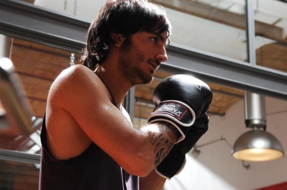Nicolas Vaporidis boxeur in una scena di Come tu mi vuoi