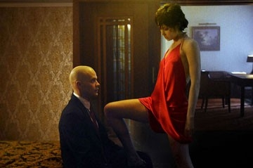 Timothy Olyphant con Olga Kurylenko in una sequenza del film Hitman