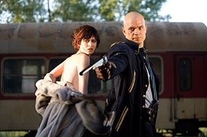 Timothy Olyphant e Olga Kurylenko in una sequenza del film Hitman