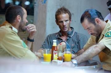 Ali Suliman, Peter Berg e Ashraf Barhoum sul set del film The Kingdom