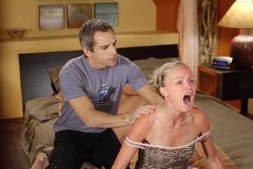 Ben Stiller alle prese con la scottatura di Malin Akierman in una scena de Lo spaccacuori.